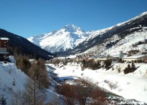 Village de Lanslebourg et dent Parrachée en hiver
